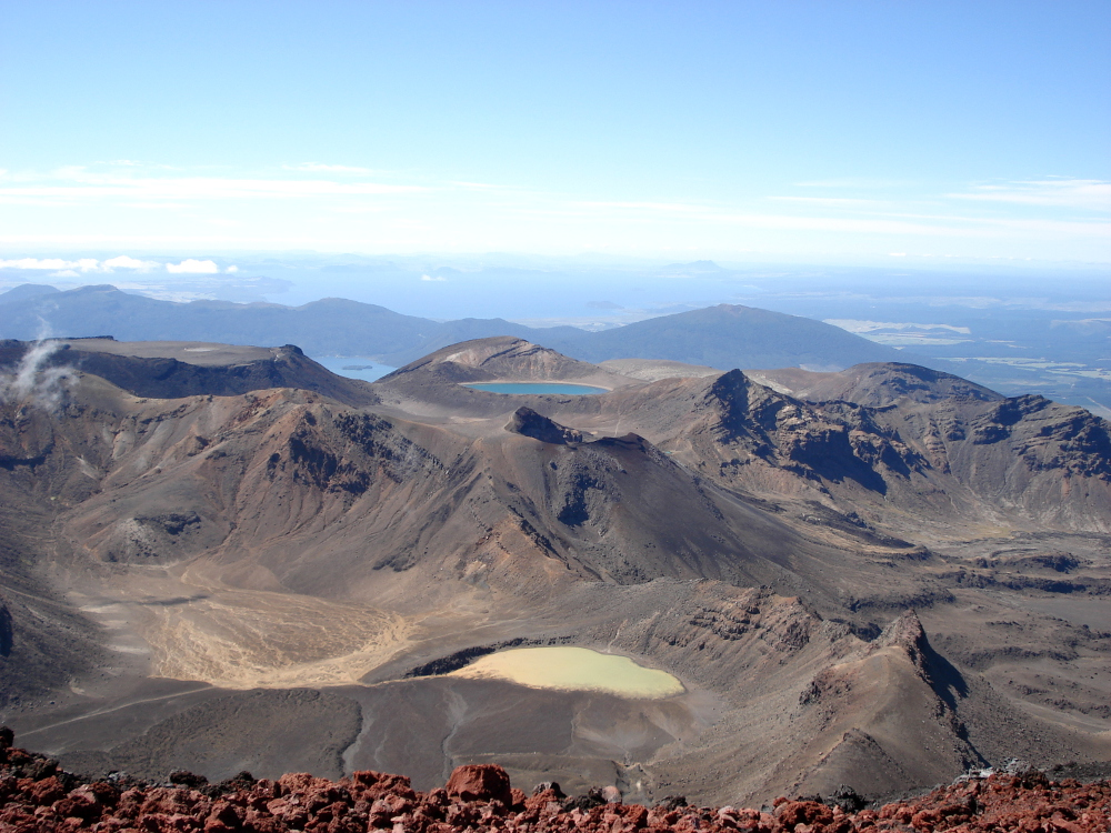 Blick vom Mount Ngauruhoe auf den South Crater, Red Crater, North Crater und Blue Lake